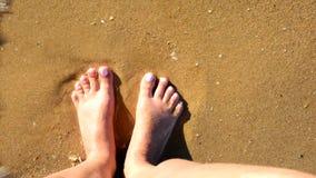 Ondas de oceano que lavam os pés fêmeas video estoque