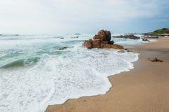 Ondas de oceano Rocky Coastline da praia imagens de stock royalty free