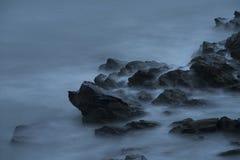 Ondas de oceano sobre rochas em Cliff Walk em Rhode - ilha Imagem de Stock