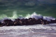 Ondas de oceano tormentosos tempo da tempestade em um mar azul profundo foto de stock