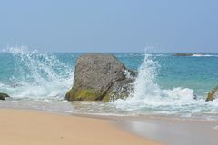 Ondas de quebra do oceano em uma pedra litoral foto de stock