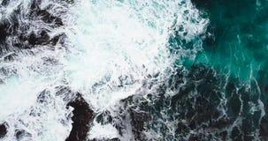 Ondas de quebra em Rocky Coastline video estoque