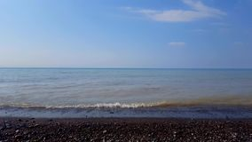 Ondas de quebra pequenas em Rocky Beach Shore bonito Destino da praia da linha costeira das f?rias do dia video estoque