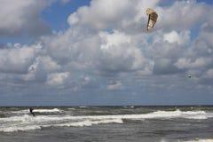 Ondas de rolamento de travamento de Kitesurfer Foto de Stock Royalty Free