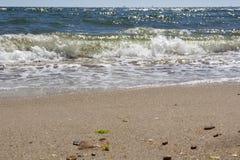Ondas de rolamento em um Sandy Beach em uma estância balnear Fotos de Stock