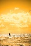Ondas de salto de la persona que practica surf extrema de la cometa Imágenes de archivo libres de regalías