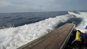 Ondas de um barco de motor contra um fundo do horizonte de mar em Indonésia vídeos de arquivo
