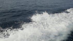Ondas de um barco de motor contra um fundo do horizonte de mar em Indonésia video estoque