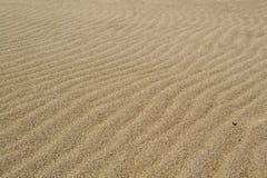 Ondas de viento en la arena en la playa Imagen de archivo libre de regalías