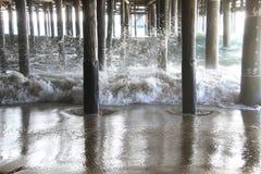 Ondas debajo del embarcadero California de Santa Monica Fotografía de archivo