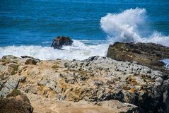 Ondas deixando de funcionar, oceano azul atlântico fotografia de stock