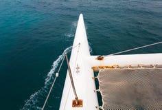 Ondas del barco al cierre del mar para arriba Imagenes de archivo