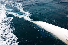 Ondas del barco al primer del mar Imagenes de archivo