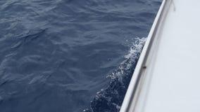 Ondas del barco en el océano almacen de metraje de vídeo