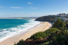 Ondas del blanco y bahía azul de Carbis del mar cerca de St Ives Cornwall England con la playa arenosa fotos de archivo libres de regalías