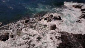 Ondas del golpe del océano contra los acantilados en día soleado en Maui, Hawaii metrajes