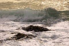 Ondas del mar adriático en la puesta del sol Imagen de archivo libre de regalías