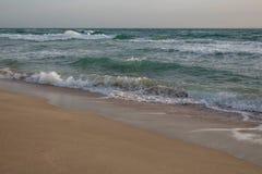 Ondas del mar azul que salpica en la orilla arenosa fotos de archivo