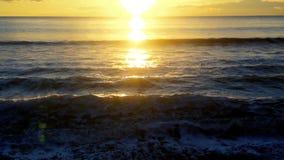 Ondas del mar con la luz de la puesta del sol en un día de verano almacen de metraje de vídeo