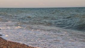 Ondas del mar Mar de Crimea Altas ondas en tiempo claro Una advertencia de la tormenta Limpie la playa Arena y conchas marinas de metrajes