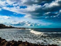 Ondas del mar desde punto de vista cruzado foto de archivo libre de regalías