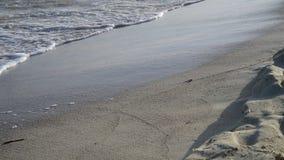 Ondas del mar en la arena, Chipre almacen de metraje de vídeo