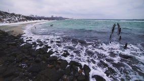 Ondas del mar en la playa en una tormenta en un día frío, tiro dramático 4k almacen de video