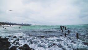 Ondas del mar en la playa en una tormenta en un día frío, tiro dramático 4k almacen de metraje de vídeo