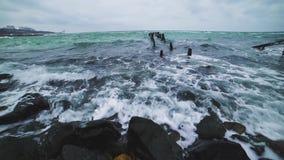 Ondas del mar en la playa en una tormenta en un día frío, tiro dramático 4k metrajes