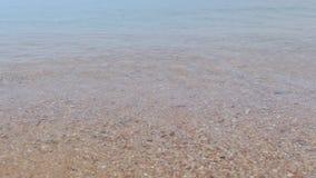 Ondas del mar en pequeña espuma de la orilla Ondas del mar en la orilla de la arena panorámica metrajes