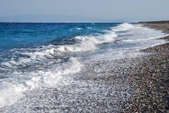 Ondas del mar Mediterráneo en la playa Foto de archivo