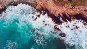 Ondas del mar que baten contra los acantilados Paisaje épico del mar almacen de video