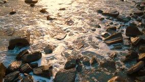 Ondas del mar que lavan a Rocky Coastline almacen de video