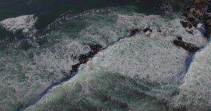 Ondas del mar que machacan en las rocas metrajes