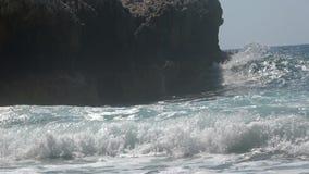Ondas del mar que se estrellan en las rocas 2 metrajes