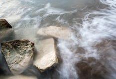 Ondas del mar que se estrellan en las rocas Fotografía de archivo libre de regalías