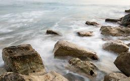 Ondas del mar que se estrellan en las rocas Fotos de archivo libres de regalías