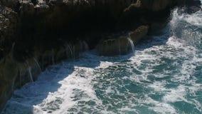 Ondas del mar que se estrellan en los acantilados metrajes