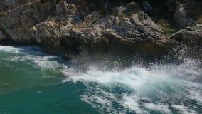 Ondas del mar que se estrellan en los acantilados 3 almacen de metraje de vídeo