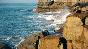 Ondas del mar y de la costa de piedra metrajes