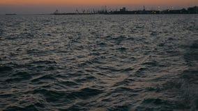 Ondas del mar y terminal del puerto almacen de metraje de vídeo