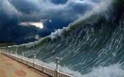 Ondas del tsunami Imágenes de archivo libres de regalías