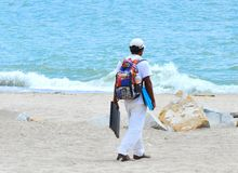 Ondas del vendedor ambulante y de fractura de la playa imagen de archivo