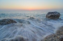 Ondas después de la puesta del sol Fotografía de archivo