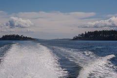 Ondas detrás del barco Imagen de archivo libre de regalías