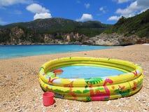 Ondas do azul do mar e associação inflável para crianças no verão na praia Férias e curso Fotografia de Stock Royalty Free