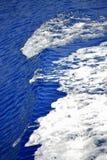 Ondas do branco da água azul Imagens de Stock Royalty Free