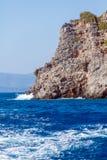 Ondas do branco e penhascos do mar - a paisagem típica da Creta suporta imagem de stock