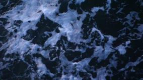 Ondas do mar da obscuridade - slowmotion azul vídeos de arquivo
