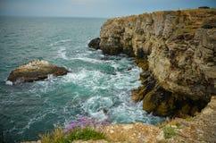 Ondas do mar de Bulgária da praia dos penhascos de Tyulenovo Foto de Stock